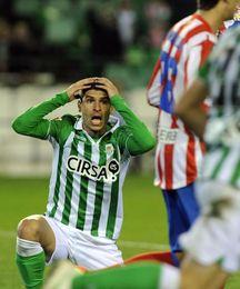 Salva Sevilla protesta un posible penalti, en la acción con Arda Turan.