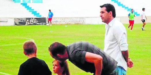 En la imagen, Juan Ramón Martín, secretario técnico ecijano, tratará de cerrar hoy un nuevo refuerzo azulino.