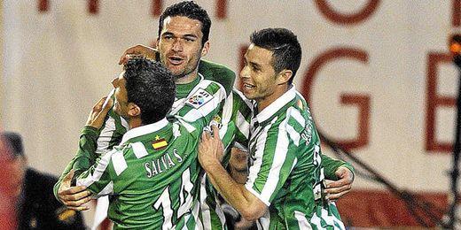Rubén Castro junto a Jorge Molina celebrando un gol del Betis.