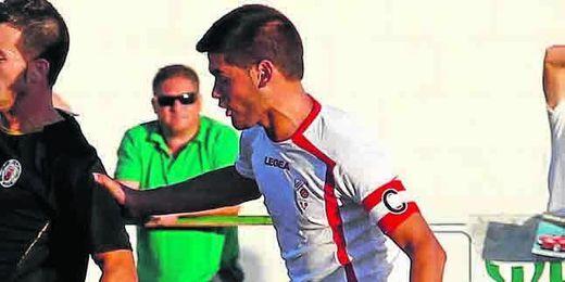 En la imagen, el capitán del Antoniano Andrés Randado presiona a un rival; el medio no duda de la permanencia.