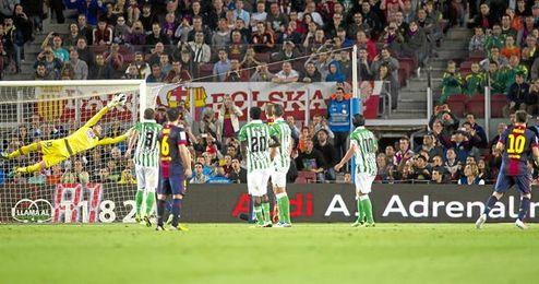 Instante en el que Messi hace el 3-2 con un magistral lanzamiento de falta.