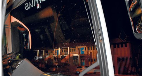 El estado en el que quedó el autobús del Cabecense, tras ser apedreado.