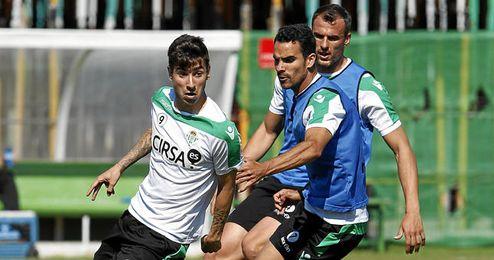 Vadillo, Ángel y Amaya durante un entrenamiento con el Betis.