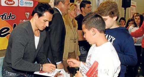 Trochowski firma autógrafos en un acto del Sevilla, ya sin la muleta que le acompañó en los primeros meses.