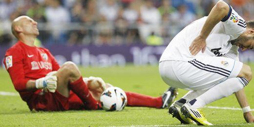 Caballero se duele en el césped durante el partido con el Madrid.