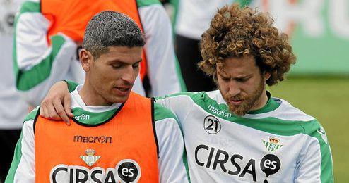 Salva Sevilla durante un entrenamiento junto a Cañas.