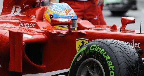 Alonso, en su Ferrari, durante los entrenamientos en Barcelona.