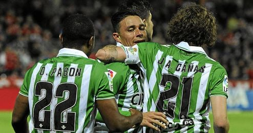 Rubén Castro, Cañas y Pabón celebrando un gol bético.