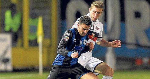 Luca Cigarini, que en la imagen protege un balón con la camiseta del Atalanta, no gozó de continuidad en el Sevilla ni con Álvarez ni con Manzano.