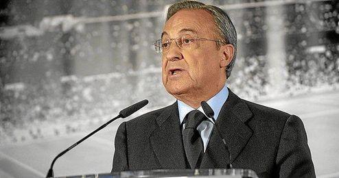 El presidente de la entidad merengue anunciando el adiós de Mourinho.