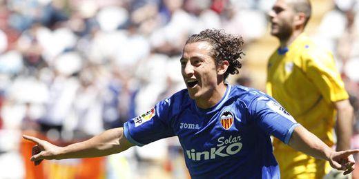 Guardado celebra un tanto con la camiseta del Valencia.