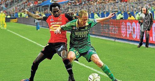 El jugador del Rennes Jonathan Pitroipa (a la izquierda) pugna con el futbolista del Saint-Étienne Jonathan Brison.