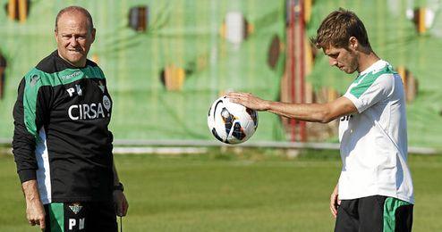 Pepe Mel durante el entrenamiento junto a Rubén Pérez.
