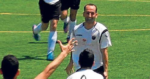 Joselito festeja el gol que logró en el Raúl Carrosa de Osuna.