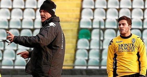 Salvador Agra recibe instrucciones durante un entrenamiento con el Siena.