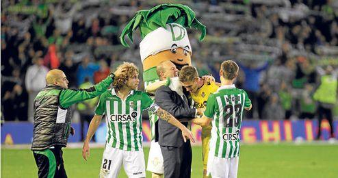 Cañas y Adrián son dos de los futbolistas que se despedirán del Villamarín este domingo.