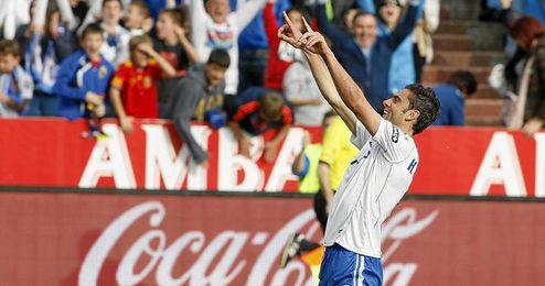 Helder Postiga celebrando un gol con el Real Zaragoza.