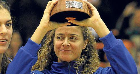 Isa Sánchez posando con el trofeo de subcampeonas de la Copa de la Reina.