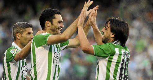 Beñat felicita a Jorge Molina tras marcar el tercer gol de la noche ante el Zaragoza.