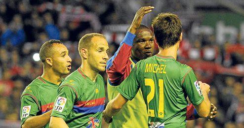 Los jugadores del Levante se felicitan tras lograr el triunfo en San Mamés.