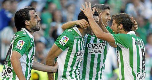 Los jugadores béticos celebrando uno de sus goles en la última jornada.