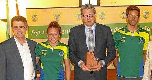 El alcalde de Mairena posa con el trofeo.