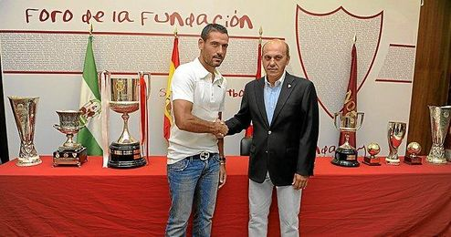 Palop y del Nido posan delante de los trofeos cosechados desde que arribase el guardameta valenciano.