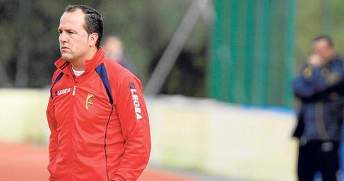 Falcón, entrenador del Antoniano, observa atento las evoluciones de sus hombres en un partido.
