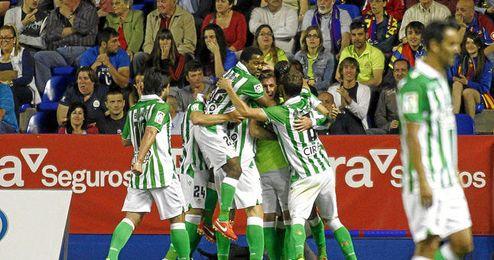 Los béitcos celebran el gol de Molina