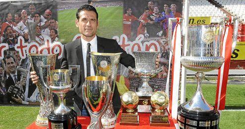 Palop posando junto a todos los títulos que ha conseguido con el Sevilla.