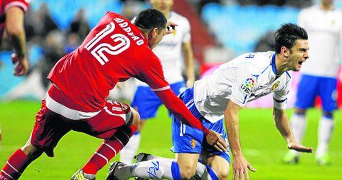 Maduro derriba a Hélder Postiga en un Zaragoza-Sevilla de este año.