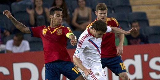 El sevillista Alberto Moreno intenta robar un balón a un rival ruso junto a Thiago Alcántara.