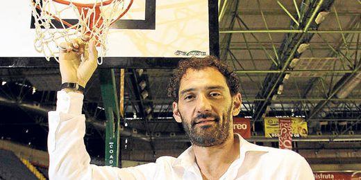 Jorge Garbajosa posa para ESTADIO en el acto ´Ponle un tapón al botellón´, celebrado en San Pablo.