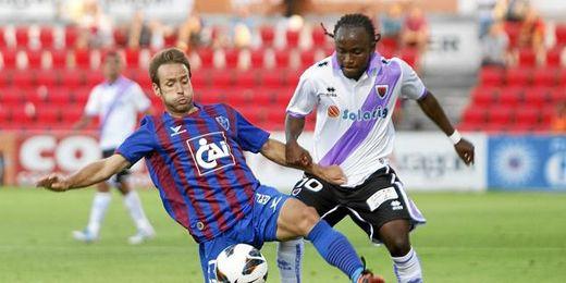 El extremo congoleño disputa un balón en un partido frente al Huesca.