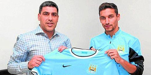 Jesús Navas posa con su nueva camiseta junto al Director de Fútbol del Manchester City, Claudio Reyna.