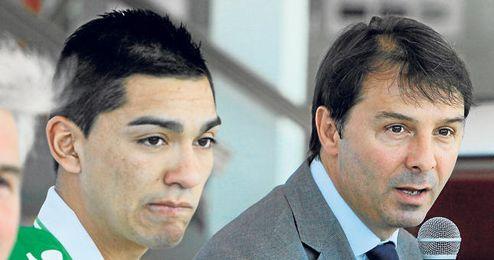 Stosic durante la presentación de Lorenzo Reyes como nuevo futbolista verdiblanco.