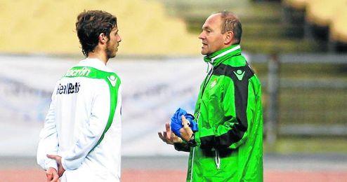 Pepe Mel dialoga arriba con el mediocampista de Écija, cuyo buen final de temporada le avala para continuar.