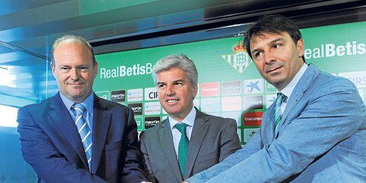 Pepe Mel, Miguel Guillén y Vlada Stosic estrechan sus manos después de oficializar en rueda de prensa la renovación del técnico verdiblanco hasta el 30 de junio de 2017.