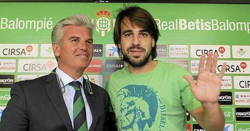 Beñat se ha despedido del Betis en una emotiva rueda de prensa acompañado de Miguel Guillén.