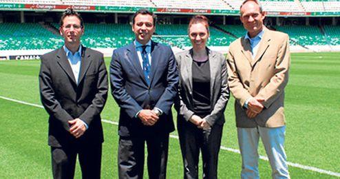 Los delegados de la UEFA posaban ayer en el césped del estadio Benito Villamarín.
