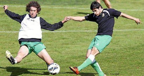Jairo golpea el balón en un entrenamiento de la pasada temporada en el Racing.