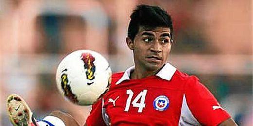 El jugador chileno intenta controlar un balón.