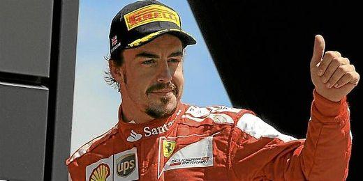 Alonso saluda a sus aficionados en Silverstone