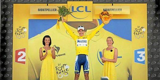 Daryl Impey vestido con el maillot amarillo.