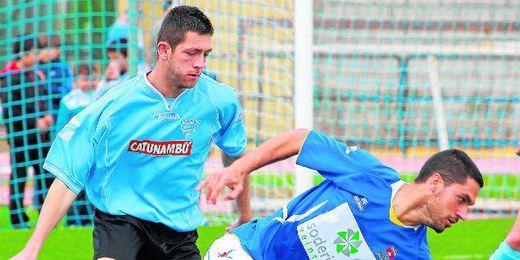 El delantero y máximo goleador de la Lebrijana Jesús (de pie), uno de los renovados para la 13/14.