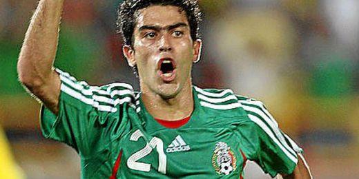 Nery Castillo celebra un gol con la selección mexicana.