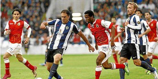 Racing y Hércules disputando un partido.