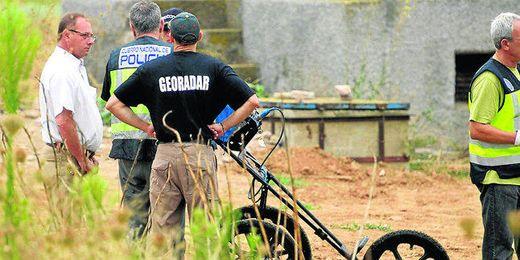 El padre de Marta del Castillo, junto a agentes de la Policía, durante la búsqueda de ayer.