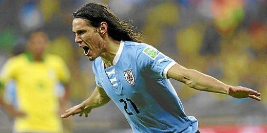 Cavani celebrándo un gol con la selección uruguaya.