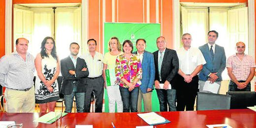 La consejera de Vivienda y Fomento con los alcaldes de los nuevos miembros del programa.